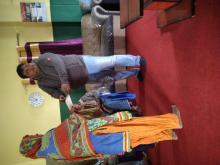 नगर प्रमुख श्री नितेन्द्र साह ज्यु ज्ञान्ती देबी लाई चेक हस्तानान्तरण गर्दै।