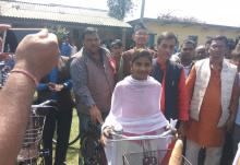 नगर प्रमुख श्री नितेन्द्र प्रसाद साह ज्यु तथा प्रमुख आतिथि छात्राहरुलाई साइकल वितरण गर्दै।